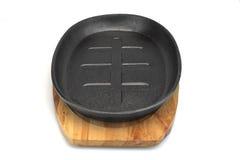 Ferro fundido moderno vazio Pan With Wooden Handle Isolated do vintage imagens de stock