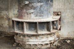 ferro grande do dreno deterioração da oxidação parede suja rua suja imagens de stock