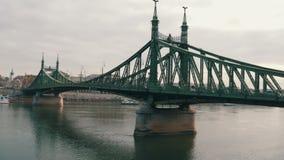 Ferro grande Liberty Bridge verde a Budapest sul Danubio stock footage