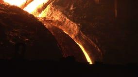 Ferro líquido que derrama do alto-forno Ferro que derrete no alto-forno video estoque