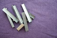Ferro, metal, grampos prateados empilhados fotografia de stock royalty free