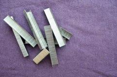 Ferro, metallo, graffette argentee della costruzione fotografie stock