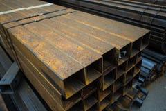 Ferro o acciaio arrugginito di struttura del metallo di lerciume sui tubi di squre immagini stock