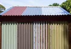 Ferro ondulado pintado e oxidado foto de stock