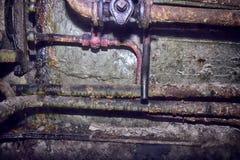 Ferro oxidado de uma comunicação das tubulações muito velho Imagens de Stock Royalty Free