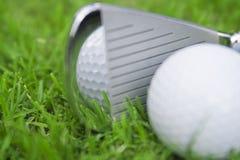Ferro que bate a esfera de golfe Imagem de Stock