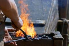 A A ferro quente, malha-se de repente Fotos de Stock Royalty Free
