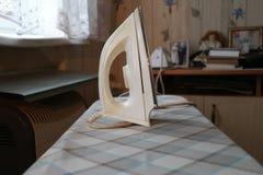 Ferro sulla tavola da stiro Fotografia Stock