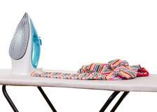 Ferro, tavola da stiro e vestiti di vapore isolati su bianco Fotografia Stock
