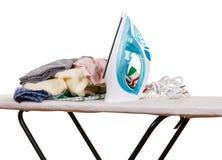 Ferro, tavola da stiro e vestiti di vapore isolati su bianco Immagini Stock