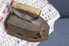 Ferro velho, aquecido por carvões quentes Encontrado no cestas de vime imagens de stock royalty free
