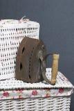 Ferro velho, aquecido por carvões quentes Encontrado no cestas de vime fotografia de stock