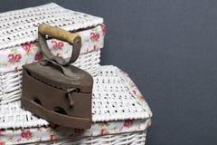 Ferro velho, aquecido por carvões quentes Encontrado no cestas de vime fotos de stock royalty free