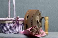 Ferro velho, aquecido por carvões quentes Encontrado perto do cestas de vime Perto de um ramalhete de flores secadas fotografia de stock
