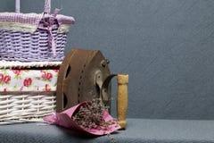 Ferro velho, aquecido por carvões quentes Encontrado perto do cestas de vime Perto de um ramalhete de flores secadas fotos de stock