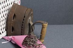 Ferro velho, aquecido por carvões quentes Encontrado perto do cestas de vime Perto de um ramalhete de flores secadas foto de stock