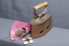 Ferro velho, aquecido por carvões quentes Localizado na tela cinzenta Estão próximo as cestas de vime, um ramalhete de flores sec imagem de stock royalty free