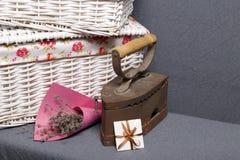 Ferro velho, aquecido por carvões quentes Localizado na tela cinzenta Estão próximo as cestas de vime, um ramalhete de flores sec fotos de stock royalty free