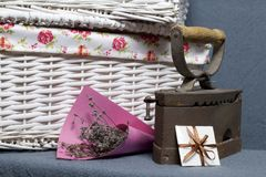 Ferro velho, aquecido por carvões quentes Localizado na tela cinzenta Estão próximo as cestas de vime, um ramalhete de flores sec imagens de stock royalty free