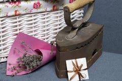 Ferro velho, aquecido por carvões quentes Localizado na tela cinzenta Estão próximo as cestas de vime, um ramalhete de flores sec fotografia de stock royalty free