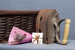 Ferro velho, aquecido por carvões quentes Localizado na tela cinzenta Estão próximo as cestas de vime, um ramalhete de flores sec fotos de stock