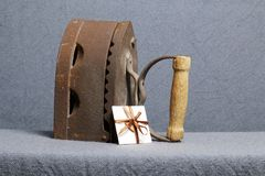 Ferro velho, aquecido por carvões quentes Localizado na tela cinzenta Próximo um cartão imagens de stock royalty free