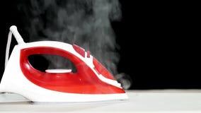 Ferro vermelho com vapor vídeos de arquivo