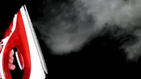 Ferro vermelho com vapor video estoque