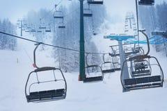 Ferrocarril aéreo aéreo con las telesillas vacías en la estación de esquí Imágenes de archivo libres de regalías