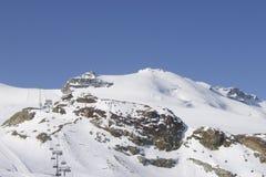 Ferrocarril aéreo largo del remonte aéreo en centro turístico alpino imágenes de archivo libres de regalías