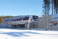 Ferrocarril aéreo moderno en Tatras bajo, Eslovaquia Imagen de archivo libre de regalías