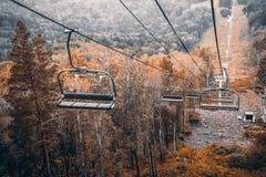 Ferrocarril aéreo sobre las colinas del otoño Fotos de archivo libres de regalías