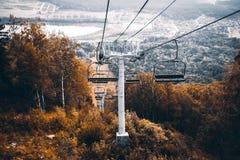Ferrocarril aéreo sobre las colinas del otoño en Altai, Rusia Fotos de archivo