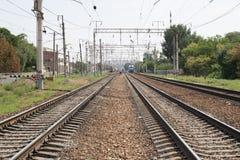 Ferrocarril, carriles, tren por la tarde fotografía de archivo
