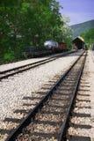 Ferrocarril, carro y locomotora en la estación imagen de archivo