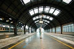 Ferrocarril central de Milán Una pieza de una plataforma del centrale de Milano de la estación fotografía de archivo libre de regalías