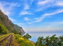 Ferrocarril cerca del lago Baikal y del cielo hermoso Fotografía de archivo libre de regalías