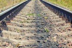 Ferrocarril cercano para arriba en día de verano Imagenes de archivo