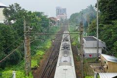 Ferrocarril con el tren después de la lluvia en el depok Indonesia foto de archivo