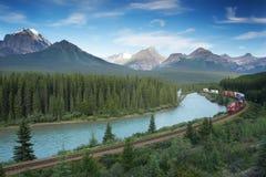 Ferrocarril con el tren en el parque nacional de Banff, Canadá Imagen de archivo