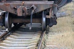 Ferrocarril con el tren envejecido Foto de archivo libre de regalías
