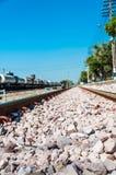 Ferrocarril con la roca y el cielo azul. Imagen de archivo libre de regalías