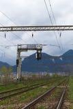 Ferrocarril con las montañas en el fondo Fotos de archivo libres de regalías