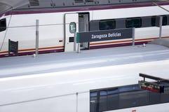 Ferrocarril con los trenes de alta velocidad Fotos de archivo