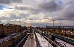 Ferrocarril con los trenes en un fondo de las nubes de tormenta A Foto de archivo libre de regalías