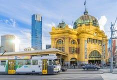 Ferrocarril de calle del Flinders en Melbourne, Australia cerca de la puesta del sol Fotos de archivo libres de regalías