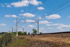 Ferrocarril de doble vía electrificado en Rusia en un día soleado fotos de archivo