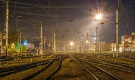 Ferrocarril de Estrasburgo en la noche fotografía de archivo