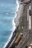 Ferrocarril de Giardini Naxos y el mar Mediterráneo Silueta del hombre de negocios Cowering Imagenes de archivo