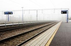 Ferrocarril de Kouvola en niebla foto de archivo